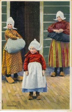 pc Volendam 1936 by janwillemsen Old Photos, Vintage Photos, Dutch Wooden Shoes, European Costumes, Japanese Drawings, Amsterdam, Dutch Artists, Folk Costume, Color Photography
