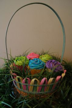 How adorable! Easter Cupcakes in a basket