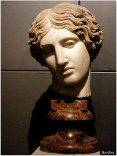 Si trova presso i Musei Capitolini questa seducente testa di amazzone in marmo greco ... http://zibalbar-foto.overblog.com/2013/11/testa-di-amazzone.html