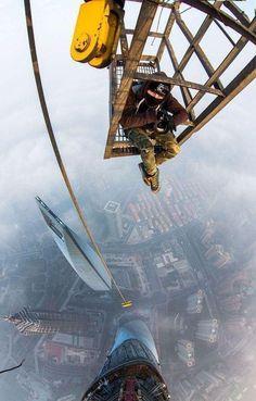 Dos jóvenes rusos suben hasta la cima de la Torre Central Shangai, el 2do edificio más alto del mundo (632 metros)