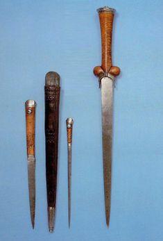 ... тут представлен очень интересный образец где ножны кинжала имеют еще карман для маленького ножичка и шила. Примерно 1450, Wallace Collection, ...
