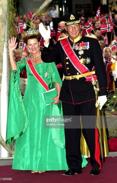 King Harald and Queen Sonja of Norway attend the wedding of their son, Norwegian Crown Prince Haakon, and Mette-Marit Tjessem Hoiby August 25, 2001 in Oslo Cathedral. (Photo by Anthony Harvey/Getty Images)