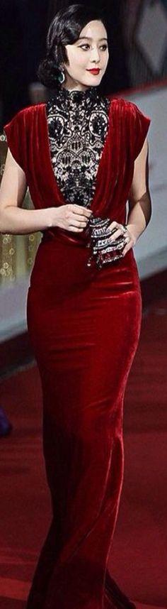 27595e3d3d2 Dita Von Teese in bareback dress. Visa mer. Aftonklänning