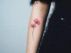 tatouage fleur coquelicot relief realiste rose sur le bras
