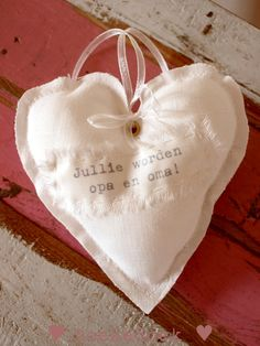 Linnen hartje 'jullie worden opa en oma'.  Linen heart 'you're going to be grandparents.' Handmade by ♥ Doekedoek ♥