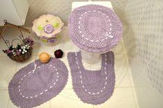 Jogo de banheiro e cestinho de crochê bordado
