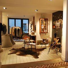 Bonnie & Jane encore et encore ! Studio Apartment Living, Display Shelves, Dining Table, Brussels, Belgium, Interior, Shelf, Design, Spaces