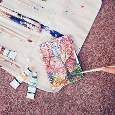 #by_kwmobile // Langsam fällt jetzt Blatt für Blatt von den bunten Bäumen ab. Fangen wir diese Stimmung doch malerisch ein und genießen die schönen Farben des Herbstes. Den Link findet ihr wie immer in der Bio und hier: http://ift.tt/2cMYoqX  #herbst #autumn #bunteblätter #goldeneroktober #malen #herbstbaum #laub #roteblätter #kwmobile #ereader #leaf #art #kunst #paint #diy