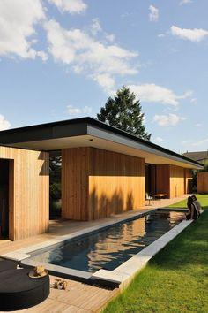 Jolie maison en bois avec piscine Archi Design, Timber Cladding, Pool Houses, Houses Houses, Wooden Houses, House Goals, House In The Woods, Bungalow, Interior Architecture