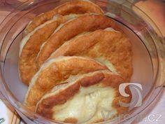 Levné jednoduché langoše  1/2 lžičky     sůl  1 balíček     droždí (42g)  1/2 lžičky     cukr  500 g     hladká mouka  4 dl     mléko