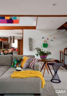 Na área de estar, sofá modular Gio (Larco), mesas laterais Orbital e Pinot (roxa), de Ronald Sasson.
