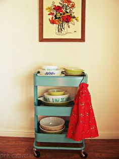 ikea kitchen cart with vintage serving dishes Ikea Kitchen Trolley, Ikea Raskog Trolley, Ikea Cart, Ikea Kitchen Cabinets, Kitchen Shelf Decor, Shelving Decor, Kitchen Ideas, Vintage Kitchen, Pyrex