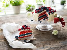 Kake i flaggets farger - Norwegian 17 May cake (Norwegian national day) Norwegian Food, Norwegian Recipes, Dessert Recipes, Desserts, Cute Food, Pavlova, Creative Food, Let Them Eat Cake, Yummy Cakes