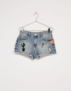 Short denim BSK parches. Descubre ésta y muchas otras prendas en Bershka con nuevos productos cada semana