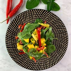 Thai-Inspired Spinach and Mango Salad Grilling Recipes, Beef Recipes, Healthy Recipes, Healthy Foods, Side Dish Recipes, Asian Recipes, Thai Recipes, Side Dishes, Healthy Junk
