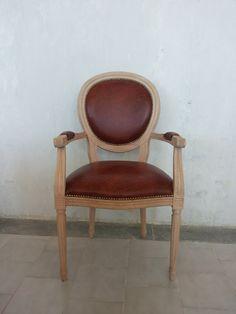 Sedia ovale capotavola  in legno,finitura legno naturale,imbottitura vera pelle.