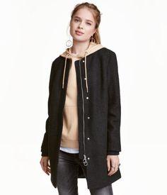 Check this out! Een jas van bouclé van wolmix met een geribde boord langs de halsopening en een ritssluiting en een windflap met drukknopen voor. De jas heeft paspelsteekzakken, een boord aan de binnenkant onder aan de mouwen en een split achter. Gevoerd. – Ga naar hm.com om meer te bekijken.