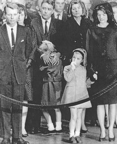 Jackie Kennedy's Four Dark Days in Rare Pictures Os Kennedy, Jackie Kennedy Style, Robert Kennedy, Jacqueline Kennedy Onassis, Jfk Funeral, Driving Miss Daisy, Jaqueline Kennedy, John Fitzgerald, Black History Facts