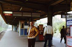 Warten auf die U-Bahn Richtung Wittenbergplatz, 1979 | So sah West-Berlin aus, als es von der Mauer umschlossen war