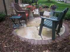 Small front yard freestanding patio with brick edge