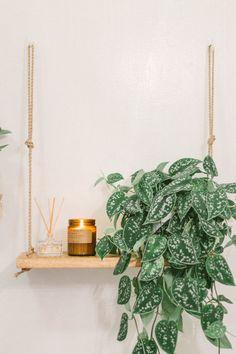 32 Small Bathroom Design Ideas for Every Taste - The Trending House Diy Bathroom Decor, Bathroom Shelves, Bathroom Styling, Small Bathroom, Bathroom Vanities, Rental Bathroom, Bathroom Plants, Modern Boho Bathroom, College Bathroom
