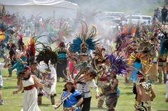 """.México: Bailarines de danzas tradicionales prehispánicos se preparan para establecer un récord Guinness de """"La danza ceremonial más grande del mundo"""", cerca de la zona arqueológica de Teotihuacán"""