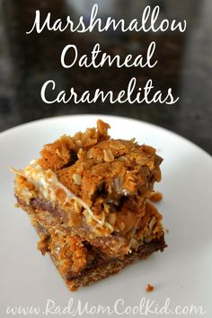 These Marshmallow Oatmeal Caramelitas are perfect! Gooey caramel, melty chocolate, and creamy marshmallow with a buttery oatmeal cookie crust. YUM! www.radmomcoolkid.com