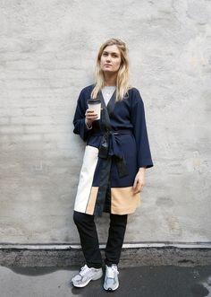 Jeg har haft et godt øje til denne her kimono fra Ada Kokosars samarbejder med &Other Stories, siden jeg så de første billeder og nu har jeg endelig fået mine fingre i den. Jeg valgte at bruge den over en af mine garderobe favoritter - ribstrikken fra Gant Rugger som er helt genial. Den grå er fra sidste sæson, men har lige set at den findes i navy blå, som jeg bestemt skal kigge nærmere på meget snart.