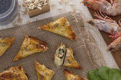 Gli involtini di pasta fillo con gamberi e spinaci sono un antipasto sfizioso a base di pasta fillo farcita con gamberi e spinaci saltati in padella.