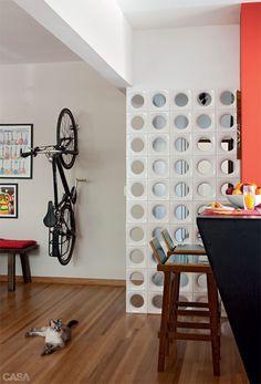 Como si de una obra de arte se tratase, colgar las bicicletas en casa. Un toque decorativo... diferente.