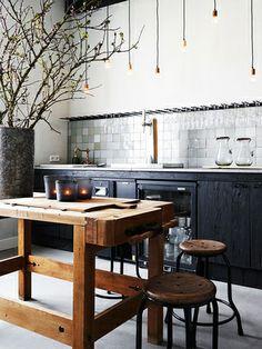 Black & white & wood [SP]   Cozinha com mesa de centro de madeira