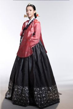 There are many beautiful Korean traditional dresses. Every new year or Korean thanks giving, families dress up in their Hanbok. Korean Traditional Dress, Traditional Fashion, Traditional Dresses, Korean Dress, Korean Outfits, Hanbok Wedding, Wedding Dress, Wedding Wear, Modern Hanbok
