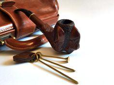 Rookpijp gemaakt van hout peer. Houten pijp met stamper en schoonmaken van gereedschappen kunnen koele geschenk voor hem. Houten pijp kunnen grote decoratief element.  Rookvrije kom  Volledige lengte - 198mm (7.80inches) Mondstuk lengte - 65mm (2.56 inch) Hoogte van kom - 63mm (2,48 inch) Breedte van kom - 47mm (1.85 inch) Kom binnendiameter - 18mm (0.71 inch) Binnen hoogte van kom - 44mm (1,73 inch)  !!! Wilt u aangepaste gravure op uw pijp? Hier is het…