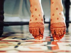 While some brides opt for knee length designs, there are some who opt for minimalistic mehendi designs. Most brides dont want to sit for 6 hours on their own mehendi d. Mehndi Designs Feet, Legs Mehndi Design, Henna Art Designs, Indian Mehndi Designs, Stylish Mehndi Designs, Wedding Mehndi Designs, Mehndi Design Pictures, Beautiful Mehndi Design, Mehandi Designs