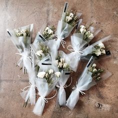 #vanessflower #vaness #flower #florist #flowershop #handtied #flowergram #flowerclass #바네스 #플라워 #바네스플라워 #플라워카페 #플로리스트 #원데이클래스 #화훼장식기능사 #플라워레슨 #플라워아카데미 #꽃스타그램. . . #미니다발 #장미 . . 웨딩에 쓰이는 한송이 다발