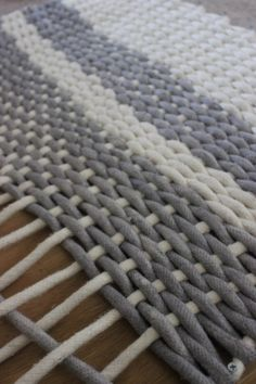 Woven rope rug on a DIY loom? Rug Loom, Loom Weaving, Tapetes Diy, Home Crafts, Diy And Crafts, Homemade Rugs, Rope Rug, Braided Rugs, Diy Carpet