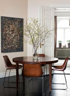 Sacramento Street :: Living with Great Style Interiors: dining room envy) Style At Home, Style Blog, Skandinavisch Modern, Leather Dining Chairs, Modern Dining Chairs, Retro Home Decor, Dining Room Design, Dining Area, Dining Table