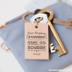 """Porte-clés """"Bien des portes s'ouvrent avec un sourire"""""""
