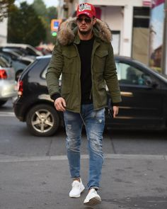 Discover the details that make the difference of the best unique people with a lot of Mode Masculine, Modern Outfits, Cool Outfits, Mens Parka Jacket, Parka Outfit, White Sneakers Outfit, Parka Style, Herren Outfit, Moda Casual