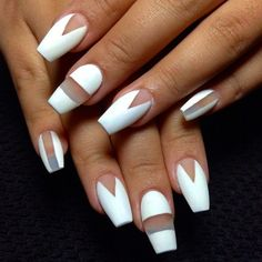 Uñas decoradas con diseños en color blanco