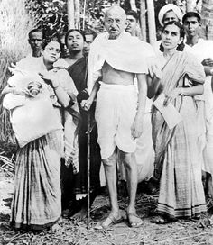 On the occasion of Mahatma Gandhi's death anniversary, here are a few vintage and rare photos of him. Mahathma Gandhi, Mahatma Gandhi Photos, Indira Gandhi, Om Namah Shivaya, Rare Pictures, Rare Photos, Rajiv Gandhi, Funny Picture Jokes, Spirituality