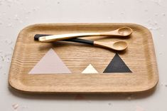 love the simple triangle shapes in pink, gold and black on the plate and spoons