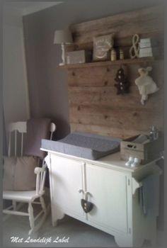 Stoere achterwand, leuk voor boven de commode. Geweldig in combinatie met brocante meubeltjes. Zie de site van: Met Landelijk Label. nl