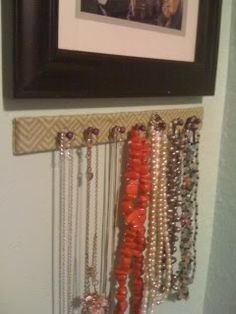 Paint stirrers + push pins = nice necklace rack - HOME SWEET HOME - I've been needing a place to hold my necklaces so I asked the hardware store for a couple of wooden paint stirrers, and with a little fabric, tac Diy Crafts Jewelry, Dyi Crafts, Paint Stirrers, Jewely Organizer, Key Jewelry, Jewelery, Jewel Of The Seas, Silver Ring Designs, Jewellery Display