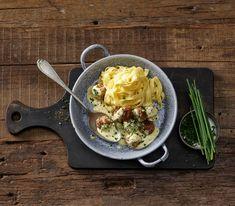 Je nach Wurstsorte und persönlichen Vorlieben, kann man die Fleischmasse für dieses Blitzrezept nachwürzen. Serviert werden die Wurstbällchen mit Teigwaren, Kartoffelstock oder Reis.