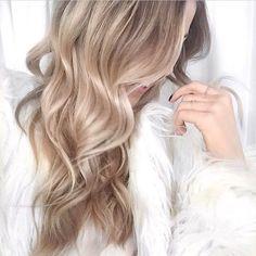 Vous souhaitez rester en vacances ? C'est à vos cheveux que vous le devrez si vous essayez la coloration la plus canon de la rentrée : le blond beige !