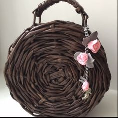 DIY Round Purse from Newspaper Tubes ? Newspaper Craft Basket, Newspaper Bags, Newspaper Crafts, Diy Crafts For Girls, Diy Home Crafts, Creative Crafts, Diy Bags Purses, Diy Purse, Waste Bottle Craft