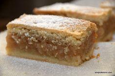 O banala prajitura cu mere poate sa va incante papilele gustative la maximum... Aluatul deosebit de parfumat si usor dulce, este foarte bun, iar umplutura de mere, dulce-acrisoara, cu aroma de scortisoara, completeaza si echilibreaza. Multumesc, mami, pentru reteta! Ingredientepentru foi: 400g faina 300g unt coaja razuita de la o lamaie si o portocala 100g zahar praf 3 plicuri zahar vanilat 1 lingurita praf de copt un praf de sare 2 galbenusuri 1 lingura de smantana; p