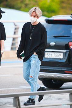 Baekhyun [HQ] 190705 Incheon Airport, departing for Hong Kong B Fashion, Kpop Fashion Outfits, Petite Fashion, Curvy Fashion, Korean Fashion, Fashion Idol, Fashion Trends, Baekhyun, Airport Fashion Kpop