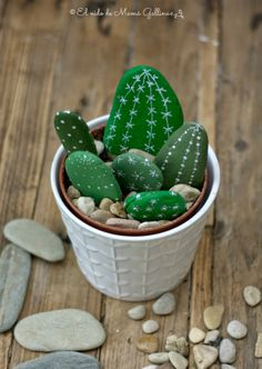 DIY Stone Cactus Yard Art Can you tell if they are real cactus? Can you imagine that you can have everlasting, non-thorny cactus with only rocks and acrylic paint? Rock Painting Ideas Easy, Rock Painting Designs, Painting For Kids, Diy Painting, Garden Painting, Painting Tutorials, Painted Rock Cactus, Painted Rocks Kids, Painted Pebbles
